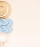 Θερινή μόδα, θερινή εξάρτηση στο υπόβαθρο κρέμας Μπλε πτώσεις κτυπήματος, θαλασσινό κοχύλι και καπέλο αχύρου Επίπεδος βάλτε, τοπ  Στοκ εικόνες με δικαίωμα ελεύθερης χρήσης