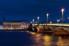 Θερινή νύχτα κοντά στη Annunciation γέφυρα Πετρούπολη Άγιος Στοκ Εικόνες