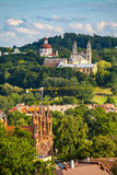 Θερινή πανοραμική άποψη Vilnius από τον πύργο κάστρων Gediminas Λιθουανία στοκ φωτογραφία