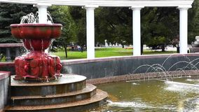 Θερινή πηγή πόλεων σε ένα δημόσιο πάρκο φιλμ μικρού μήκους
