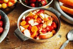 Θερινή σαλάτα με τα φρέσκα σπίτι-φυσικά φρούτα και λαχανικά prep στοκ εικόνα με δικαίωμα ελεύθερης χρήσης