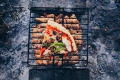 Θερινή σχάρα με το κοτόπουλο γεύμα Στοκ φωτογραφία με δικαίωμα ελεύθερης χρήσης
