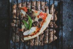 Θερινή σχάρα με το κοτόπουλο γεύμα Στοκ εικόνα με δικαίωμα ελεύθερης χρήσης