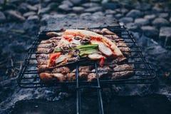 Θερινή σχάρα με το κοτόπουλο γεύμα Στοκ εικόνες με δικαίωμα ελεύθερης χρήσης