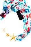 Θερινή σύνθεση - μαντίλι παραλιών των λουλουδιών, pareo, γυαλιά ηλίου, κινητό τηλέφωνο, κοχύλι, αστέρια θάλασσας που απομονώνοντα Στοκ Φωτογραφίες