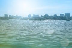 Θερινή φωτογραφία της θάλασσας, του γιοτ και των νησιών στο υπόβαθρο νησί τροπικό Αναψυχή διακοπών το καλοκαίρι Στοκ εικόνα με δικαίωμα ελεύθερης χρήσης