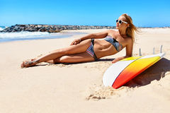 Θερινή χαλάρωση στις διακοπές διακοπών Υγιής γυναίκα στην παραλία στοκ φωτογραφία με δικαίωμα ελεύθερης χρήσης