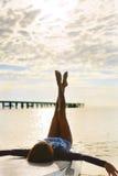 Θερινή χαλάρωση χαλαρώνοντας γυναίκα παραλιών Τρόπος ζωής, ελευθερία, Στοκ εικόνες με δικαίωμα ελεύθερης χρήσης