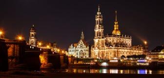 Θερινή όμορφη πανοραμική άποψη νύχτας του καθεδρικού ναού της ιερού τριάδας ή του Hofkirche, του πεζουλιού Bruehl ` s ή του μπαλκ Στοκ εικόνες με δικαίωμα ελεύθερης χρήσης