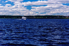 Θερινή όχθη ποταμού, που βλέπει από το νερό, με μια ναυσιπλοΐα βαρκών Στοκ Εικόνες