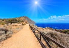 Θερινή sunshiny δύσκολη ακτή Κόστα Μπλάνκα, Ισπανία Στοκ εικόνα με δικαίωμα ελεύθερης χρήσης