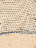 Θερινός αθλητισμός ποδοσφαίρου στόχος καθαρός σε μια αμμώδη παραλία Στοκ εικόνα με δικαίωμα ελεύθερης χρήσης