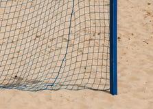 Θερινός αθλητισμός ποδοσφαίρου στόχος καθαρός σε μια αμμώδη παραλία Στοκ φωτογραφία με δικαίωμα ελεύθερης χρήσης