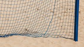 Θερινός αθλητισμός ποδοσφαίρου στόχος καθαρός σε μια αμμώδη παραλία Στοκ Φωτογραφίες