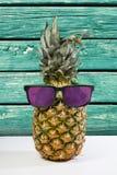 Θερινός ανανάς στα γυαλιά ηλίου στο ξύλινο υπόβαθρο στοκ εικόνες με δικαίωμα ελεύθερης χρήσης