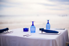 Θερινός κενός υπαίθριος πίνακας που τίθεται για το γεύμα επάνω Στοκ Φωτογραφία