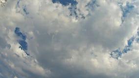 Θερινός ουρανός, ήλιος που καλύπτεται με την κίνηση των σύννεφων, αεροπλάνο που περνούν από απόθεμα βίντεο