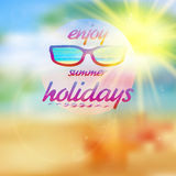 Θερινός ουρανός με τον ήλιο που φορά τα γυαλιά ηλίου Στοκ εικόνα με δικαίωμα ελεύθερης χρήσης