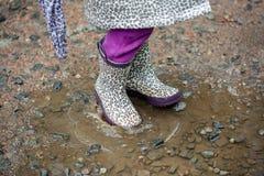 Θερινός περίπατος στο μικρό κορίτσι βροχής με μια ομπρέλα Στοκ Εικόνες