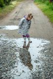 Θερινός περίπατος στο μικρό κορίτσι βροχής με μια ομπρέλα Στοκ φωτογραφία με δικαίωμα ελεύθερης χρήσης