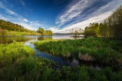Θερινός χρόνος από τη λίμνη Jonsvatnet, μέση Νορβηγία |Ξύλινη βάρκα κουπιών από την ακτή στοκ εικόνα