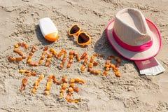 Θερινός χρόνος επιγραφής, εξαρτήματα για την ηλιοθεραπεία και διαβατήριο με το δολάριο νομισμάτων στην άμμο στην παραλία Στοκ φωτογραφία με δικαίωμα ελεύθερης χρήσης
