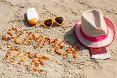 Θερινός χρόνος επιγραφής, εξαρτήματα για την ηλιοθεραπεία και διαβατήριο με το δολάριο νομισμάτων στην παραλία, έννοια του θερινο Στοκ Φωτογραφίες