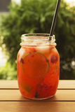 Θερινός χυμός στο βάζο στοκ φωτογραφίες με δικαίωμα ελεύθερης χρήσης