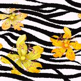 Θερινό άνευ ραφής σχέδιο/υπόβαθρο, τροπικά λουλούδια, φύλλα μπανανών και ζέβεις γραμμές στοκ εικόνες