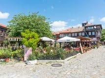 Θερινό εστιατόριο μεταξύ των ανθίζοντας τριαντάφυλλων σε παλαιό Nessebar, Βουλγαρία Στοκ Εικόνα