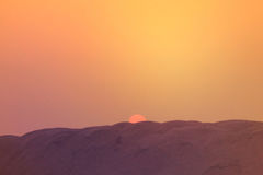 θερινό ηλιοβασίλεμα ουρανού τοπίων πεδίων σύννεφων σκοτεινό Ο ήλιος ρύθμισης και ο ζωηρόχρωμος ουρανός επάνω από την άμμο Στοκ Φωτογραφία