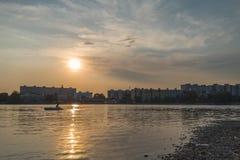 Θερινό ηλιοβασίλεμα σε μια λίμνη στοκ φωτογραφίες με δικαίωμα ελεύθερης χρήσης