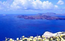 Θερινό ηλιόλουστο πρωί στο νησί Santorini, Ελλάδα Μπλε θάλασσα, μπλε ουρανός με τα σύννεφα στα πλαίσια του νησιού στοκ εικόνες