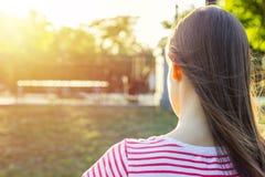 θερινό ηλιόλουστο swallowtail χλόης ημέρας πεταλούδων υποστηρίξτε την όψη Το νέο κορίτσι κάθεται σε ένα πάρκο σε έναν πάγκο και δ Στοκ φωτογραφίες με δικαίωμα ελεύθερης χρήσης