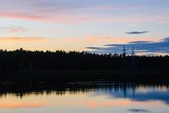 Θερινό ηλιοβασίλεμα σε μια λίμνη, σε ένα δασικό κλίμα Στοκ φωτογραφία με δικαίωμα ελεύθερης χρήσης