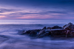 Θερινό ηλιοβασίλεμα στη δύσκολη παραλία στον κόλπο γουότερ γκέιτ, Κορνουάλλη, Eng Στοκ φωτογραφία με δικαίωμα ελεύθερης χρήσης