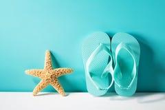 Θερινό θέμα με τα σανδάλια και τον αστερία Στοκ φωτογραφία με δικαίωμα ελεύθερης χρήσης