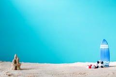 Θερινό θέμα με το κάστρο ιστιοσανίδων και άμμου Στοκ Εικόνες