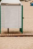 Θερινό θέρετρο Άσπρη καμπίνα επιδέσμου σε μια αμμώδη παραλία Στοκ Φωτογραφία