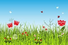 Θερινό θετικό τοπίο με τη χλόη και τα λουλούδια λιβαδιών Στοκ Εικόνες