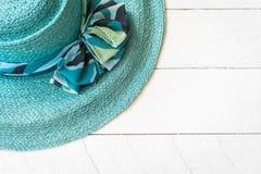 Θερινό καπέλο άσπρο σε ξύλινο Στοκ φωτογραφία με δικαίωμα ελεύθερης χρήσης