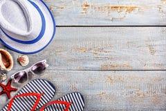 Θερινό καπέλο, γυαλιά ήλιων, παντόφλες παραλιών σε ένα ξύλινο γκρίζο υπόβαθρο Διαστημική, τοπ άποψη αντιγράφων στοκ φωτογραφίες με δικαίωμα ελεύθερης χρήσης
