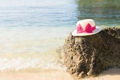 Θερινό καπέλο και κύμα θάλασσας Στοκ φωτογραφίες με δικαίωμα ελεύθερης χρήσης