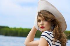 Θερινό κορίτσι, κομψό με το άσπρο καπέλο στοκ φωτογραφία με δικαίωμα ελεύθερης χρήσης