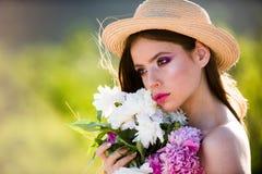 Θερινό κορίτσι με μακρυμάλλη Γυναίκα με τη μόδα makeup πρόσωπο και skincare Ταξίδι το καλοκαίρι E Άνοιξη και στοκ φωτογραφίες