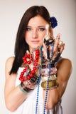 Θερινό κορίτσι με την αφθονία των κοσμημάτων, χάντρες στα χέρια Στοκ φωτογραφίες με δικαίωμα ελεύθερης χρήσης