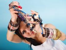 Θερινό κορίτσι με την αφθονία των κοσμημάτων, χάντρες στα χέρια Στοκ Φωτογραφία