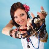Θερινό κορίτσι με την αφθονία των κοσμημάτων, χάντρες στα χέρια Στοκ Εικόνες