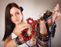 Θερινό κορίτσι με την αφθονία των κοσμημάτων, χάντρες στα χέρια Στοκ φωτογραφία με δικαίωμα ελεύθερης χρήσης
