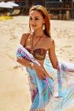 Θερινό κορίτσι με την προκλητική κατάλληλη χαλάρωση σώματος μπικινιών στην παραλία Στοκ εικόνες με δικαίωμα ελεύθερης χρήσης